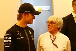 Nico Rosberg, Mercedes AMG F1 com Bernie Ecclestone,