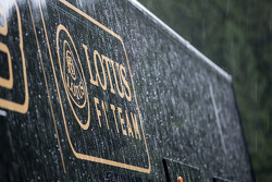 Lotus F1 Team truck en logo in de regen