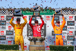 Podium: Race winner Scott Dixon, Chip Ganassi Racing Chevrolet, second place Ryan Hunter-Reay, Andretti Autosport Honda and third place Charlie Kimball, Chip Ganassi Racing Chevrolet