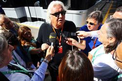 فلافيو برياتوري يتحدث مع وسائل الإعلام