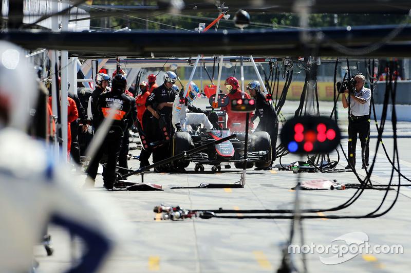 Fernando Alonso, McLaren MP4-30 se retira dela carrera