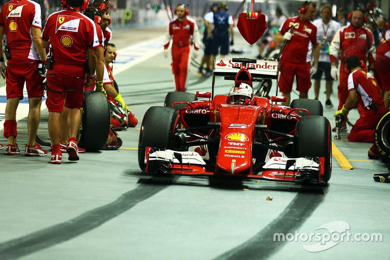 Sebastian Vettel, Ferrari SF15-T práctica una parada en pits