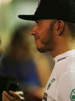 Lewis Hamilton, Mercedes AMG F1 con los medios de comunicación después de que se retiró de la carrera