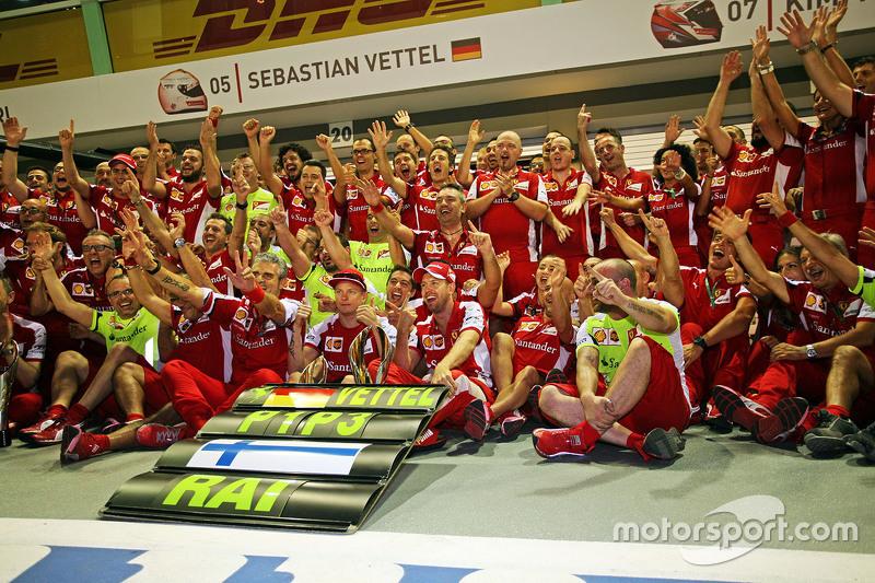 El ganador, Sebastian Vettel, Ferrari y el tercer lugar, Kimi Raikkonen, Ferrari celebran con el equipo
