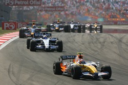 Heikki Kovalainen, Renault F1 Team, R27 leads Nico Rosberg, WilliamsF1 Team, FW29