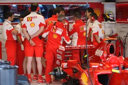 Scuderia Ferrari, talk in the garage