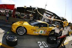 Pitstop for #4 Corvette Racing Corvette C6-R: Oliver Gavin, Olivier Beretta, Max Papis