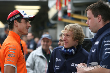 Adrian Sutil, Spyker F1 Team chats with Williams F1 Team members
