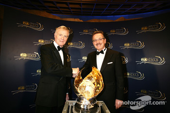 FIA President Max Mosley presents the World Prize for Road Safety to Bosch Chairman Franz Fehrenbach