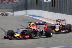Daniil Kvyat, Red Bull Racing RB11lidera a su compañero de equipo Daniel Ricciardo, Red Bull Racing RB11