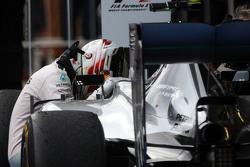 Ganador de la carrera Lewis Hamilton, Mercedes AMG F1 W06 celebra en parc ferme
