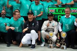 冠军刘易斯·汉密尔顿,梅赛德斯车队与队友尼科·罗斯伯格及车队庆祝