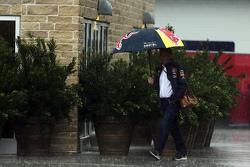 Dr Helmut Marko, Red Bull Motorsport Consultant in de regen