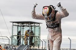 美国大奖赛冠军及2015年度冠军刘易斯·汉密尔顿,梅赛德斯车队,在验车区庆祝
