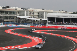 Nico Rosberg, Mercedes AMG F1 W06 lidera détras del auto de seguridad de la FIA