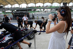 David Coulthard, Red Bull Racing pushed back into the garage