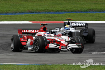 Takuma Sato, Super Aguri F1 leads Nico Rosberg, WilliamsF1 Team