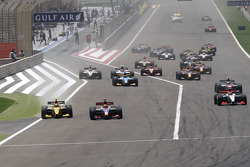 Karun Chandhok and Diego  Nunes battle for the lead going into turn one on the opening lap of the race