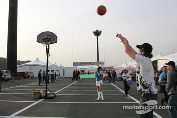 Honda Welcome Party: A.J. Foyt IV shoots some hoops