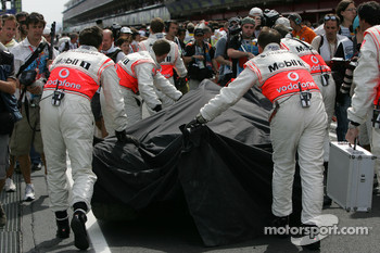Heikki Kovalainen, McLaren Mercedes, MP4-23, crash damaged chassis