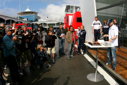 Nick Heidfeld, BMW Sauber F1 Team with his birthday cake