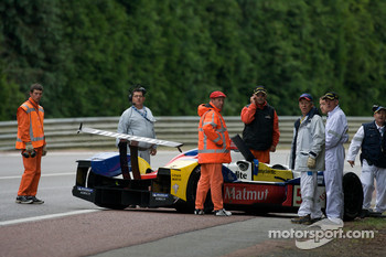 Laurent Groppi crashes in the #5 Team Oreca Matmut Courage-Oreca Judd on the first lap