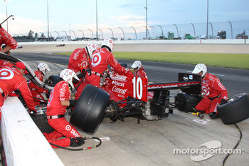 Pit stop for Dan Wheldon