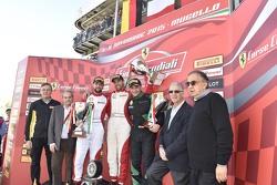 Podio Copa Pirelli: ganadores#55 Scuderia Autoropa Ferrari 458: Matteo Santoponte, segundo lugar #84 Octane 126 Ferrari 458: Bjorn Grossmann con Piero Ferrari y Sergio Marchionne, Presidente de Ferrari y CEO de Fiat Chrysler Automóviles