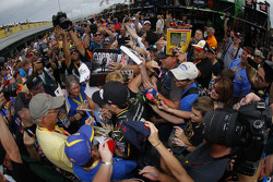 Jeff Gordon, Hendrick Motorsports Chevrolet signs autographs during his final race weekend