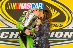 Racewinnaar en 2015 NASCAR Sprint Cup kampioen Kyle Busch, Joe Gibbs Racing Toyota viert feest met zijn vrouw Samantha