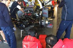 工程师为杆位得主SMP车队BR01赛车更换引擎