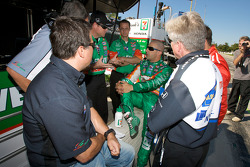 Tony Kanaan discusses with Michael Andretti and Andretti Green team members