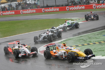 Nelson A. Piquet, Renault F1 Team, R28 leads Adrian Sutil, Force India F1 Team, VJM-01