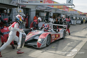 Pit stop for #2 Audi Sport Team Joest Audi R10 TDI: Alexandre Prmat, Mike Rockenfeller