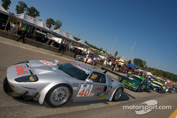 #40 Robertson Racing Doran Ford GT-R: David Robertson, Andrea Robertson, David Murry leads a group of cars to recon lap