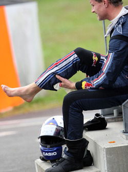 David Coulthard, Red Bull Racing on the side of the track looking on his feet after the heavy crash in teh barriers
