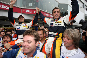 Race winner Fernando Alonso celebrates with Nelson A. Piquet and Renault F1 team members