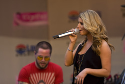 Jessica Simpson sings on stage