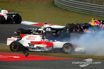 Jarno Trulli, Toyota Racing, TF108 crashes at the start of the race