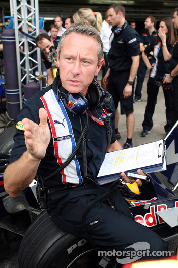 Team manager Jonathan Wheatley during a Red Bull Racing pit stop practice