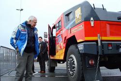 Semen Yakubov has a look at a Hummer