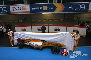 Fernando Alonso, Flavio Briatore and Nelson A. Piquet unveil the new Renault R29