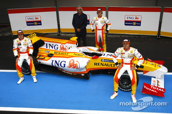 Fernando Alonso, Flavio Briatore, Romain Grosjean and Nelson A. Piquet with the new Renault R29