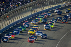 Restart: Matt Kenseth, Roush Fenway Racing Ford and Kasey Kahne, Richard Petty Motorsports Dodge lead the field