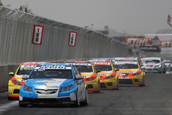 Start: Robert Huff, Chevrolet, Chevrolet Cruze leads Gabriele Tarquini, Seat Sport, Seat Leon 2.0 TDI