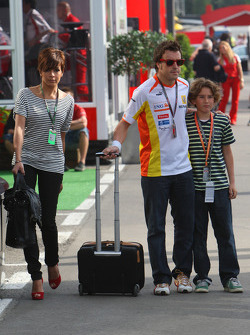 Fernando Alonso, Renault F1 Team with his wife Raquel Rosario