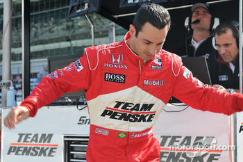 Helio Castroneves, Penske Racing hopping off the pitwall