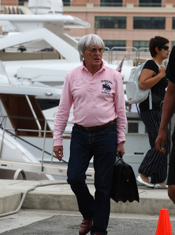 Bernie Ecclestone going to the FOTA meeting on the boat of Flavio Briatore, Renault F1 Team, Team Chief, Managing Director