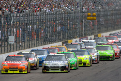 Jeff Gordon, Hendrick Motorsports Chevrolet and Jimmie Johnson, Hendrick Motorsports Chevrolet lead the field