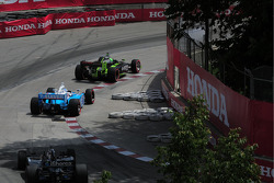 Ernesto Viso, HVM Racing leads Tony Kanaan, Andretti Green Racing and Marco Andretti, Andretti Green Racing